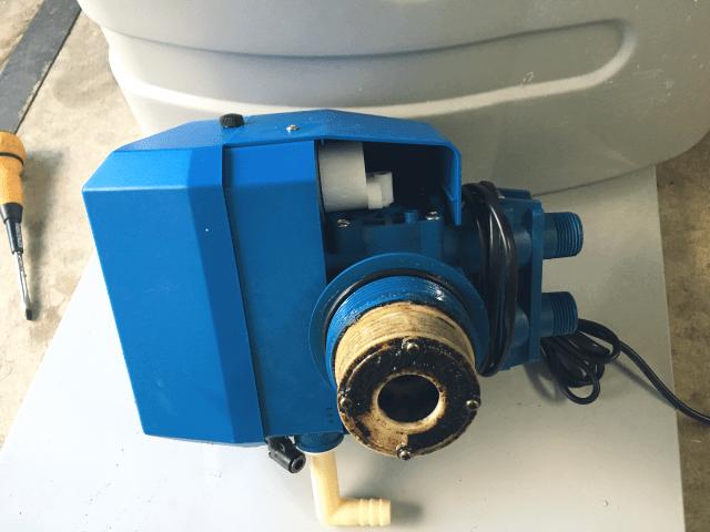 軟水装置のコントロールバルブの汚れ